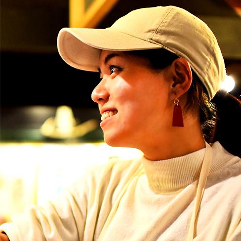 Hitomi, Waitress